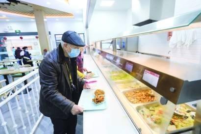 """嵌入芯片的智能餐盘!上海社区食堂变""""聪明""""老人吃饭更舒心"""