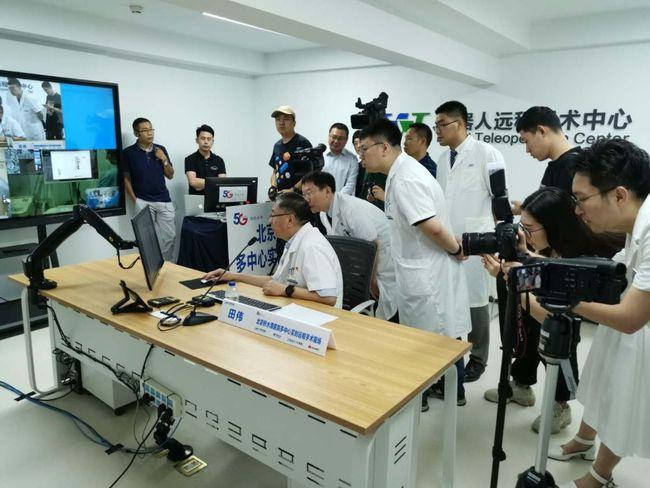 """中国5G远程手术机器人""""得宠""""之路"""