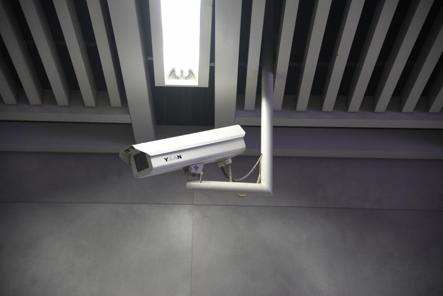 谁说摄像头一定要用电?这款AI摄像头用灯光!