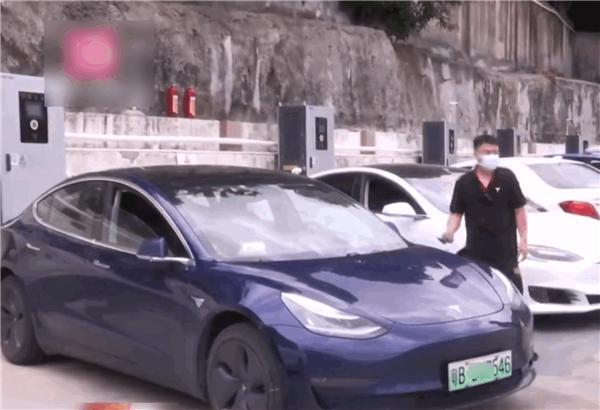 全车断电车主被困车内险窒息 特斯拉回应:电池断电所致